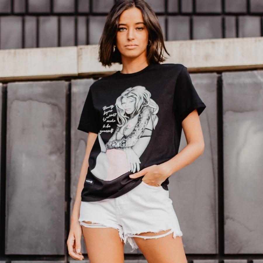 camiseta claudia schiffer negra
