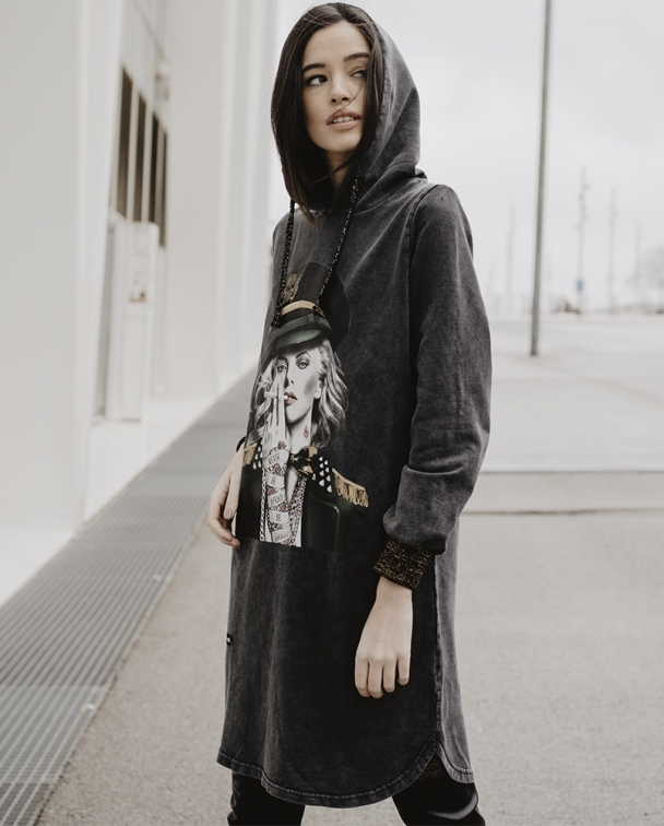 vestido capucha charlize theron